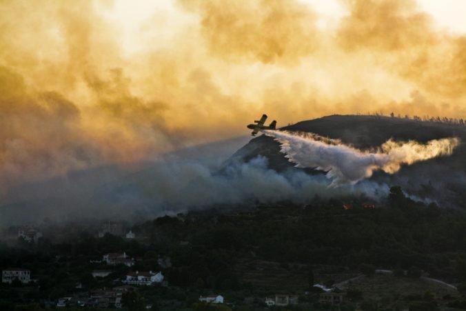 Grécko stále sužujú desiatky lesných požiarov, jeden z najhorších vyčíňal na ostrove Samos