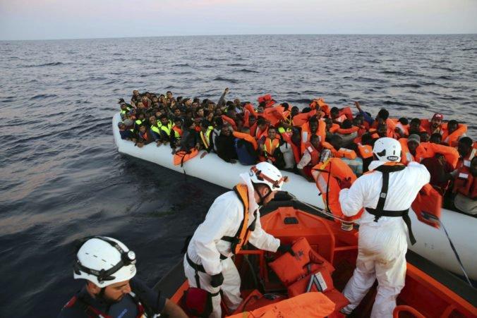 Humanitárna loď zachránila z nafukovacieho člna asi sto utečencov, Salvini ju odmietol prijať