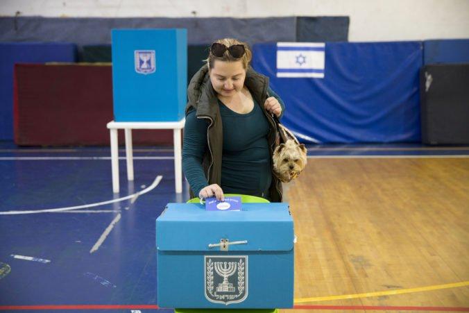 Vo volebných miestnostiach v Izraeli zakázali používanie kamier, dohliadnu na to inšpektori