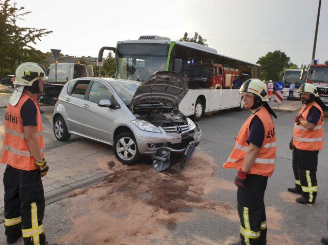 Pri zrážke autobusu s osobným autom v Nemecku sa zranilo tridsať ľudí, väčšinu tvorili deti