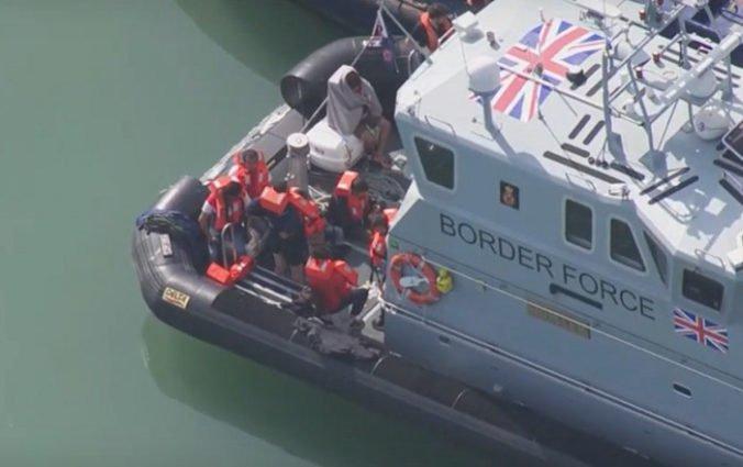 Video: Migranti sa pokúšali dostať do Veľkej Británie, z plytčiny ich musel zachrániť vrtuľník