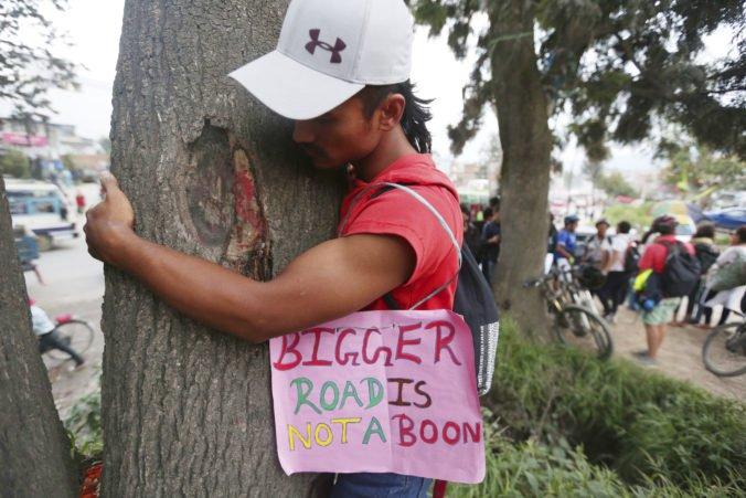 V Nepále chcú vyrúbať tisíce stromov pre rozšírenie cesty, demonštranti žiadajú iné riešenie