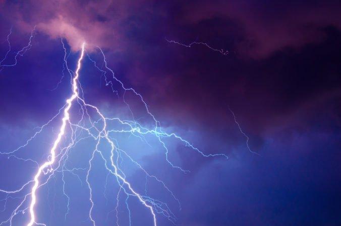 Počas búrky v Tatrách spadol strom na rodinu, previezli ich do nemocnice v Zakopanom