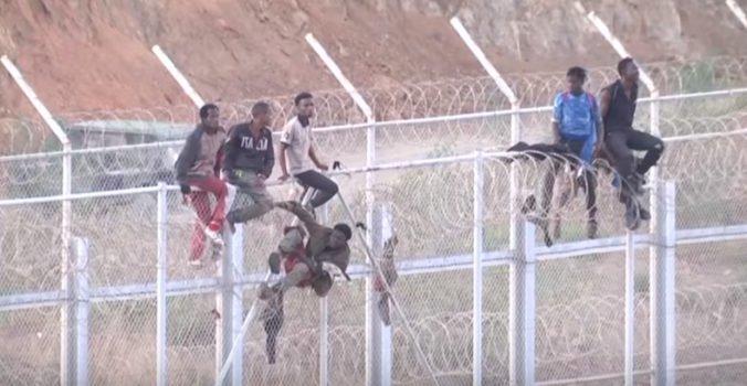 Šesťmetrový plot medzi Ceutou a Marokom sa pokúšala prekonať asi stovka migrantov