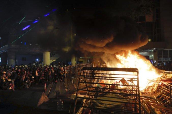 Demonštranti napriek zákazu vyšli do ulíc Hongkongu , po zásahu polície podpálili barikádu