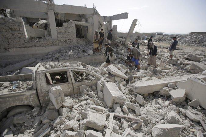 Nálety v Jemene zabili viac ako 100 ľudí, zasiahli aj univerzitu používanú ako väzenie