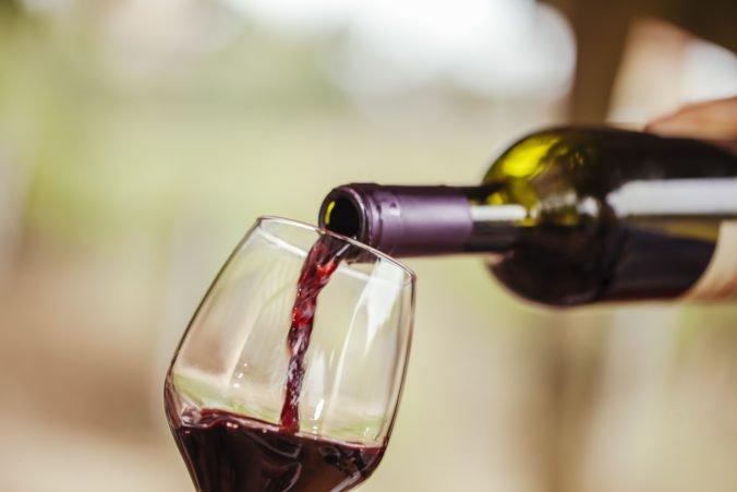 Červené víno je zrejme prospešné pre črevá, ale nie je to dôvod začať piť vo veľkom