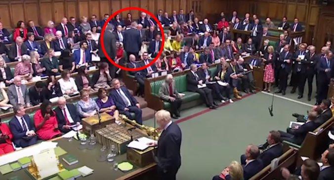 Poslanec Phillip Lee opustil Konzervatívnu stranu, britská vláda tak stratila väčšinu v parlamente
