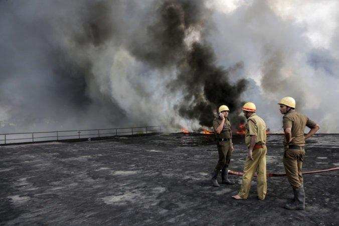 V indickej továrni na spracovanie ropy vypukol požiar, oheň si vyžiadal štyroch mŕtvych