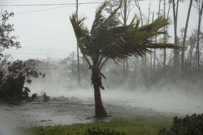 Video: Hurikán Dorian si na Bahamách vyžiadal prvé obete, prevracal autá a zaplavil množstvo domov