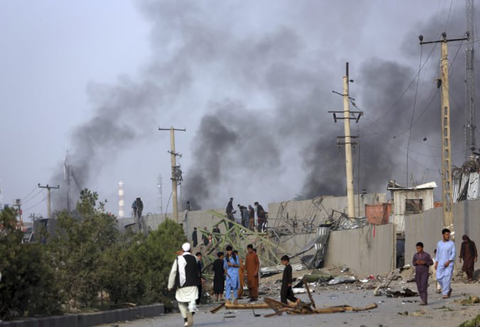 Video: Taliban zaútočil na medzinárodný komplex v Kábule, z oblasti stúpal hustý čierny dym
