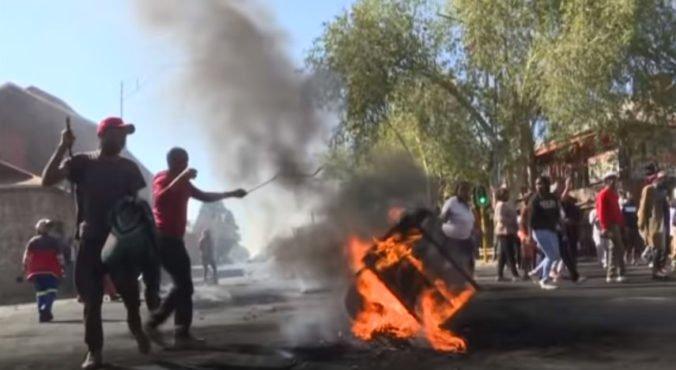 Video: Výtržníci v Johannesburgu rabovali a podpaľovali obchody, polícia už zatkla viac ako 90 ľudí