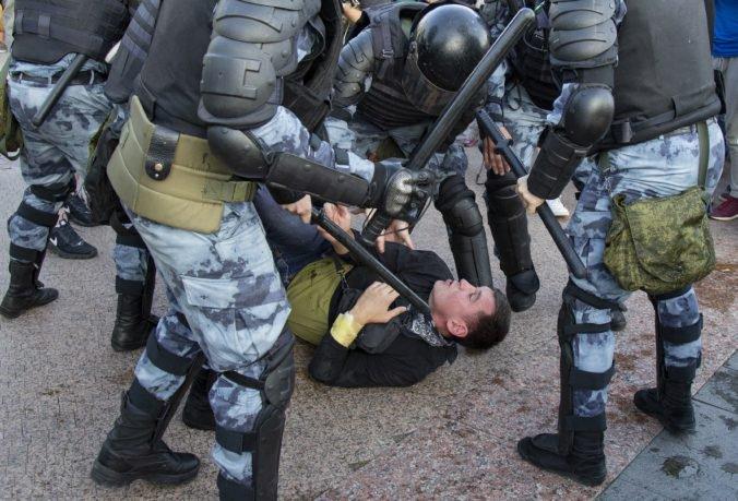 Ruských demonštrantov poslali na niekoľko rokov do väzenia, údajne boli násilní voči policajtom