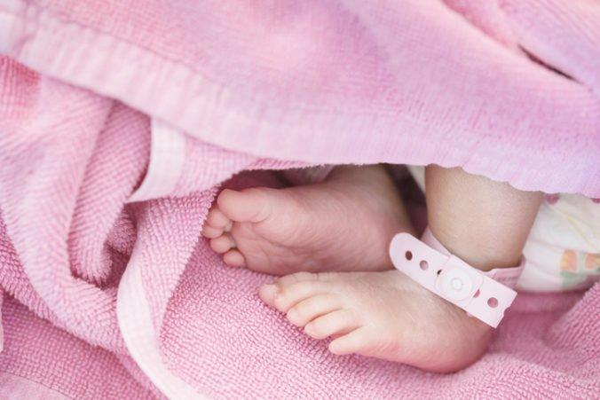 Žene na letisku v Manile prehľadali príručnú batožinu, našli len šesťdňové bábätko