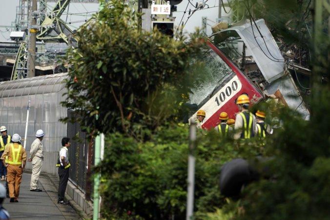 Foto: Expresný vlak Keikjú sa po zrážke s nákladiakom vykoľajil a naklonil