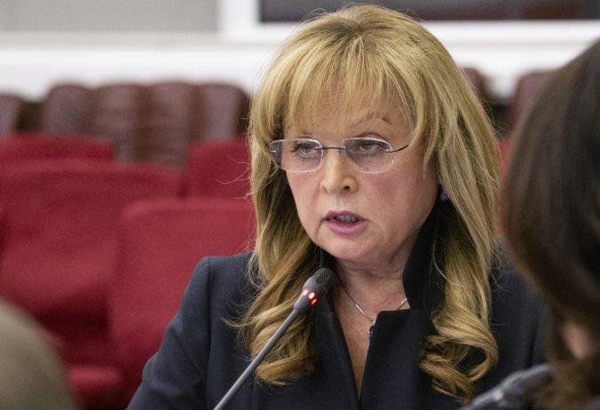 Do domu predsedníčky volebnej komisie v Rusku sa vlámal maskovaný muž a napadol ju taserom