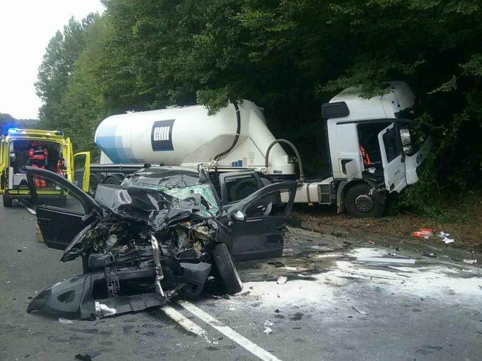 Foto: Hasiči zasahovali pri zrážke kamióna s osobným autom, cestu uzavreli v oboch smeroch