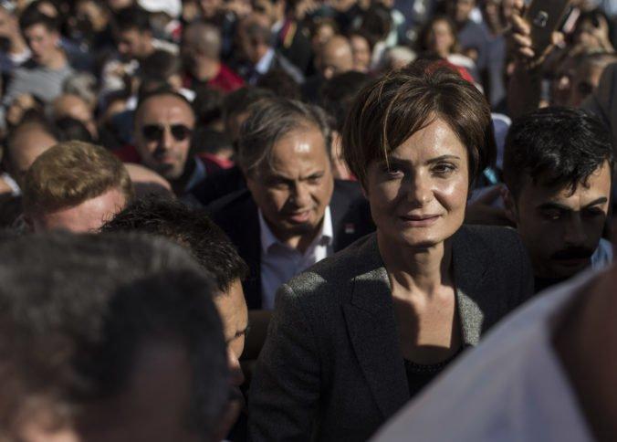 Tureckú opozičnú političku odsúdili na desať rokov za kritické tweety na adresu Erdogana