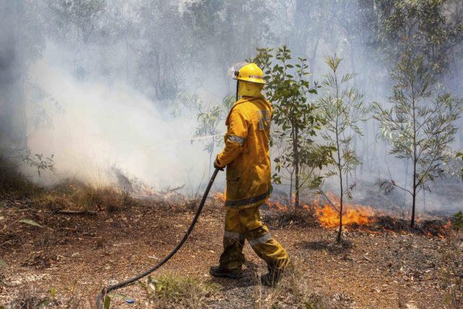 Juhovýchod Austrálie sužuje viac než stovka lesných požiarov, plamene vážne zranili hasiča