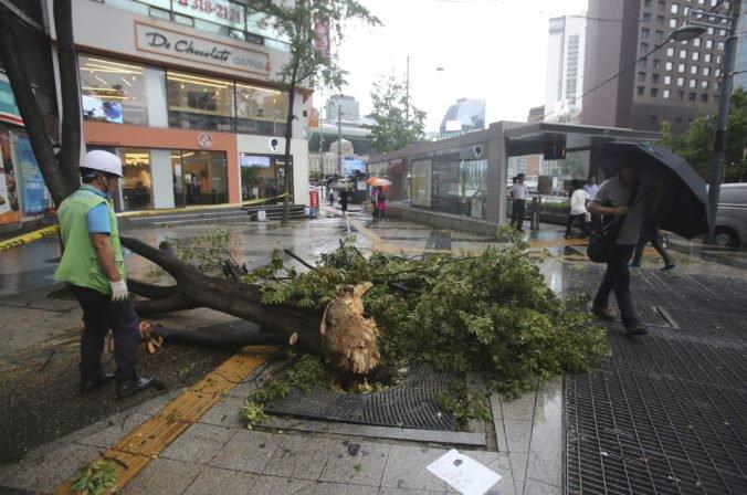 Video: Tajfún prešiel popri pobreží Južnej Kórey a zabil dvoch ľudí, tisícky domovov sú bez elektriny