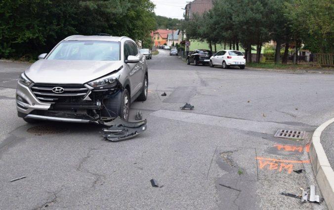 Foto: Vodič Golfu šoféroval so zákazom, na križovatke sa zrazil s Hyundaiom a skončil v plote