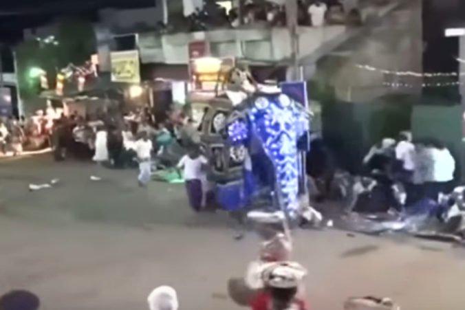 Video: Slon v budhistickom sprievode na Srí Lanke sa rozhneval a začal vrážať do ľudí