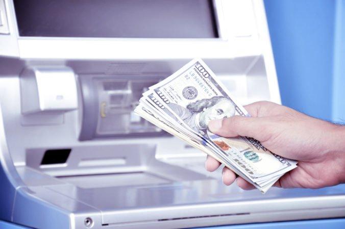 Robert s manželkou dostali omylom na účet tučnú sumu peňazí, väčšinu utratili alebo darovali