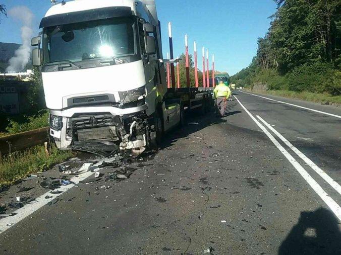 Foto: Vodič osobného auta neprežil zrážku s kamiónom, cestu museli uzavrieť