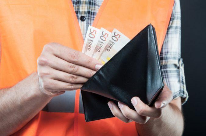 Platy stúpli aj v stavebníctve, ale nad tisíc eur sa na Slovensku zarába len v šiestich odvetviach