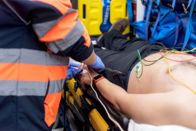 Policajti narazili do auta s migrantmi, vodič z miesta nehody utiekol bez zranených pasažierov