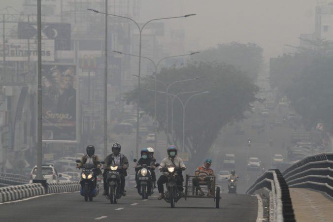 Video: Na Sumatre pre požiare zatvorili letisko aj školy, státisíce ľudí majú respiračné problémy