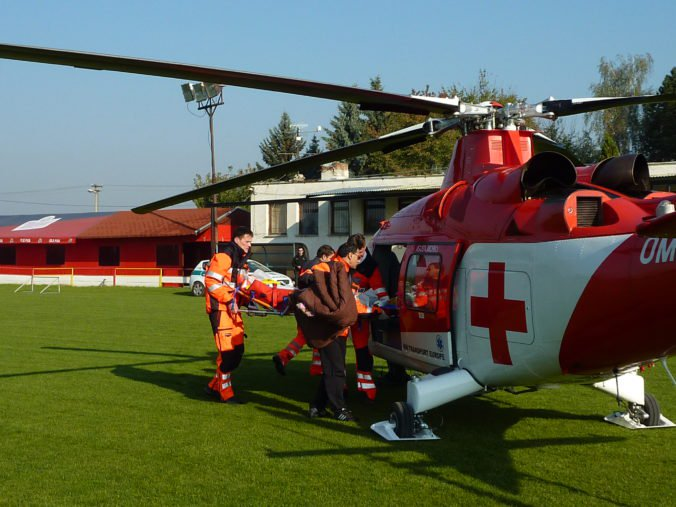 Pri nehode za Komárnom zomrel vodič osobného auta, leteckí záchranári ratovali staršiu ženu