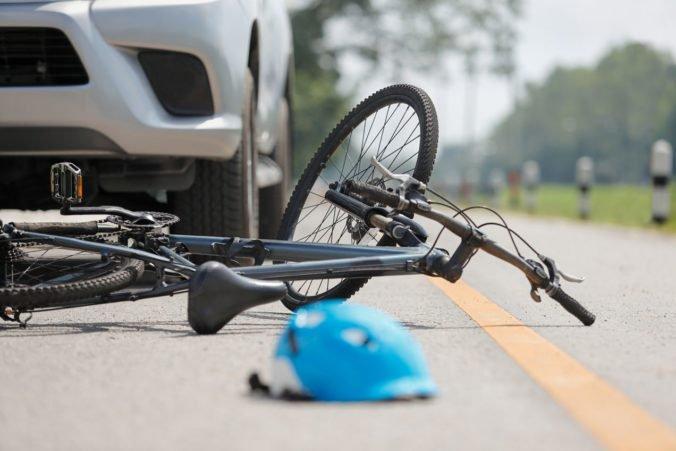 """Dvanásťročný """"vodič"""" zrazil štvorročného chlapca, otec sedel na mieste spolujazdca"""