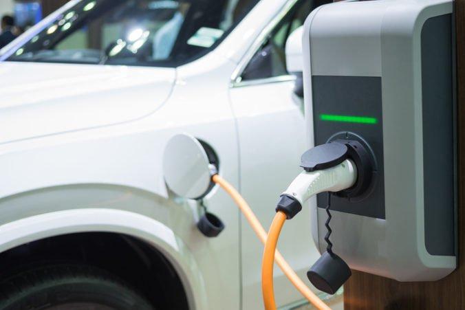 Slováci sa nehrnú do kúpy elektromobilu, trh by mohli oživiť štátne dotácie