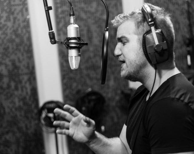 Lukáš Adamec je vďačný za spoluprácu na filme Casino.sk, použili jeho novú skladbu Poď sa radšej hrať