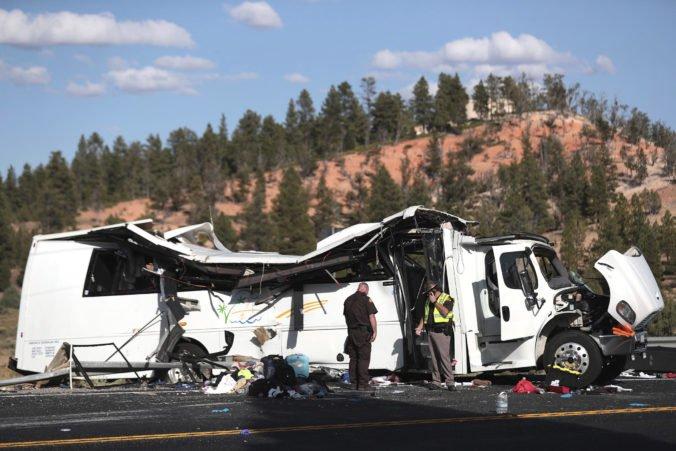 Video: Autobus s turistami zišiel z cesty a vrazil do zvodidiel, viacerí nehodu neprežili