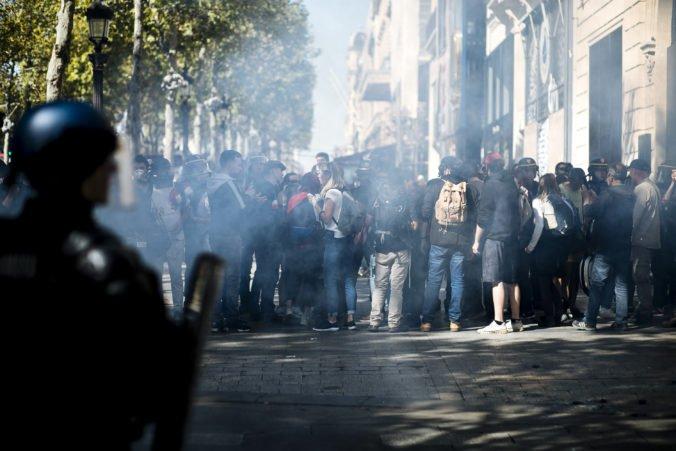Video: Demonštranti chceli v Paríži oživiť hnutie žltých viest, policajti použili slzotvorný plyn