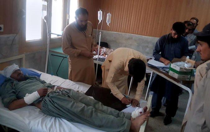 Autobusu zlyhali brzdy a narazil do svahu v Pakistane, desiatky ľudí neprežili a ďalší utrpeli zranenia