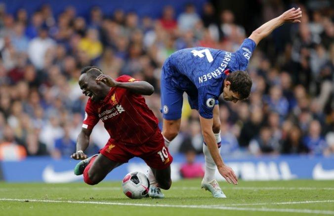 Chelsea v šlágri Premier League podľahla Liverpoolu, oslabený Arsenal otočil zápas a ManUtd prehral