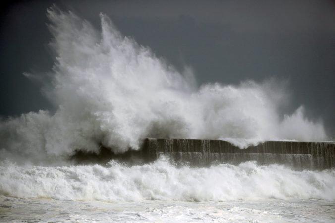 K japonskému Honšú mieri silný tajfún Tapah, varujú pred záplavami a zosuvmi pôdy