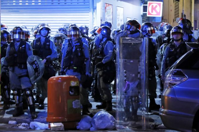 Video: Demonštrácie v Hongkongu po noci plnej násilia pokračujú, protestujúci vyzývajú na demokraciu
