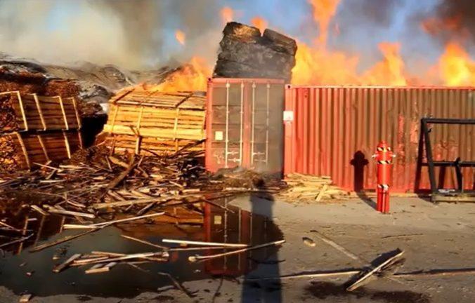 Video: Po uhasení horiacej záhradnej chatky našli mŕtvolu, polícia rieši aj požiar drevnej štiepky