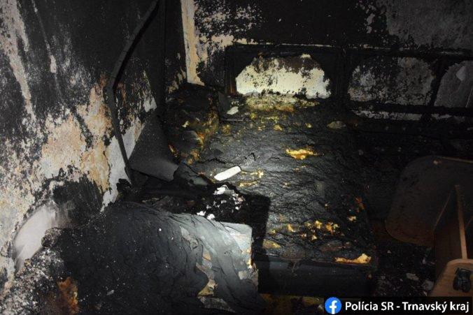 Foto: Skrat spôsobil požiar v trnavskom byte, ošetriť museli aj troch policajtov