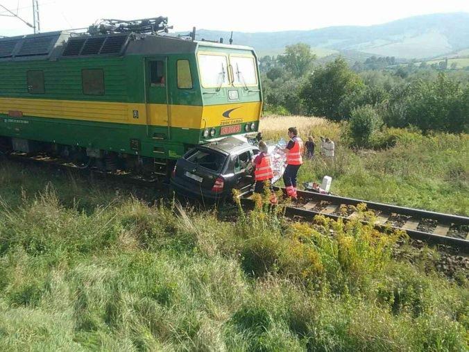 Foto: Vlak sa na východe Slovensko zrazil s autom, pri nehode zomreli tri ženy