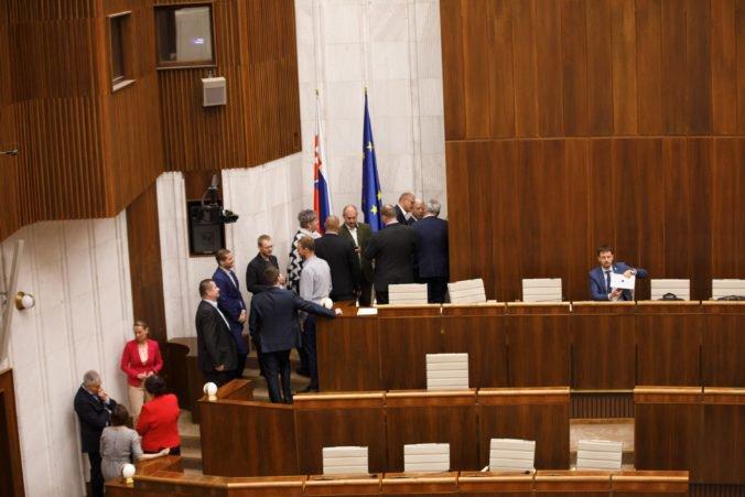 Piata voľba kandidátov na ústavných sudcov: SNS a Most-Híd chcú verejné hlasovanie (naživo)