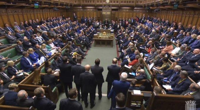 """Ste hanba britskej spoločnosti, rozohnil sa Johnsonov minister a parlament nazval """"mŕtvym"""""""