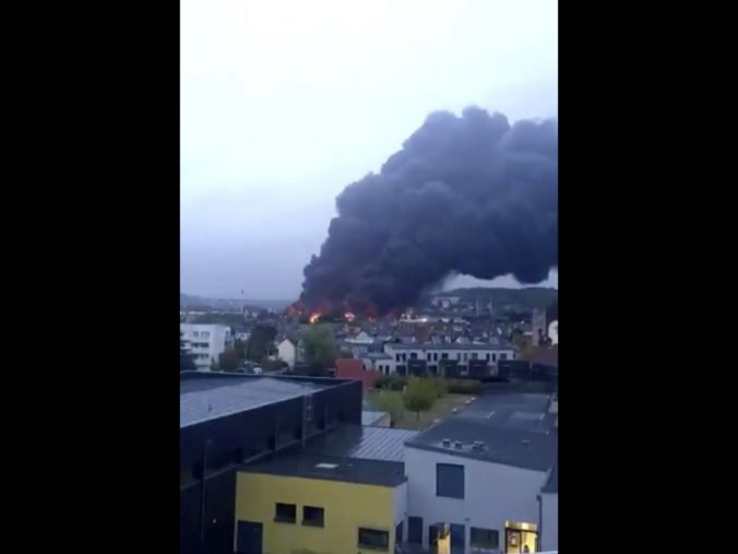 Video: Chemický závod v Rouene zachvátil požiar, zavreli školy a ľuďom zakázali vychádzať z domov