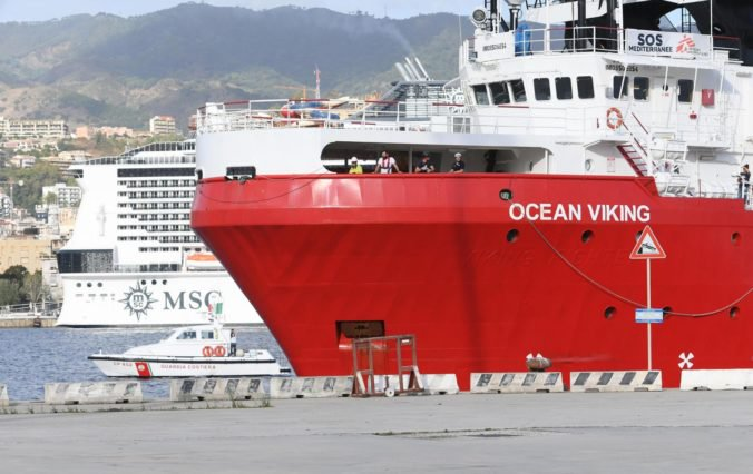 Medzi migrantmi na lodi Ocean Viking boli údajne aj dvaja prevádzači, polícia Egypťanov zadržala