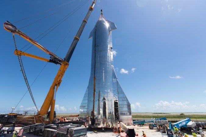 Elon Musk predstavil prototyp rakety, ktorá má letieť na Mesiac aj na Mars