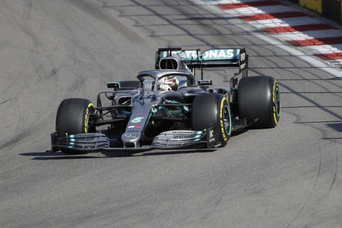 Hamilton štvrtýkrát vyhral v Soči a aj vďaka Vettelovmu odstúpeniu ovládol Veľkú cenu Ruska